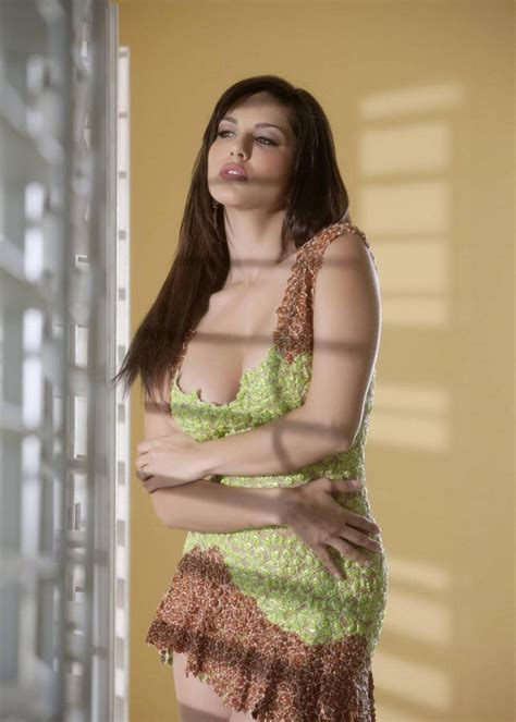 Sunny Leone Hot Wallpapers: Displaying her deep assets in